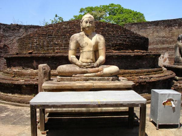 Buddha sidder i midten i lotusstilling