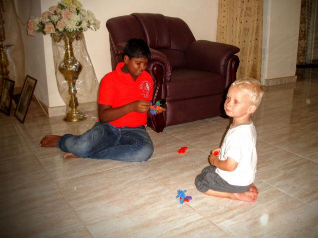 Oskar leger på gulvet med naboens søn. Som i kan se, er der meget pæne klinker i denne del af huset.